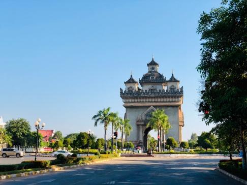Blick auf den Triumphbogen im Patuxay Park in Vientiane, Laos